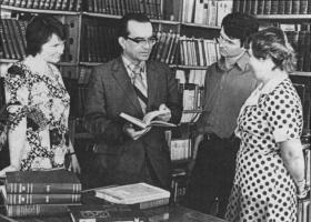 В.М.Глушков с сотрудниками в библиотеке